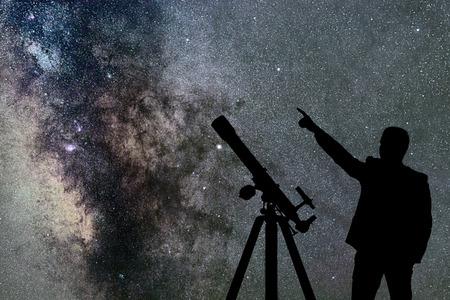 Man schaut auf die sterne astronomie teleskop milchstraße