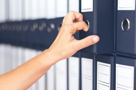 Zakenvrouw binders Vrouwelijke accountant archivering zakelijke documentatie