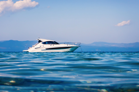 Motor boat floating on clear turquoise water Banque d'images