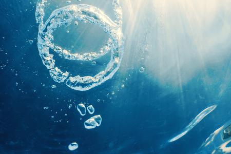 Anillo de burbujas Submarino asciende hacia el sol.