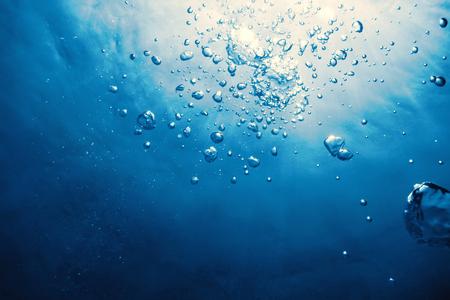 Podwodne bąbelki ze światłem słonecznym. Podwodne pęcherzyki tła.