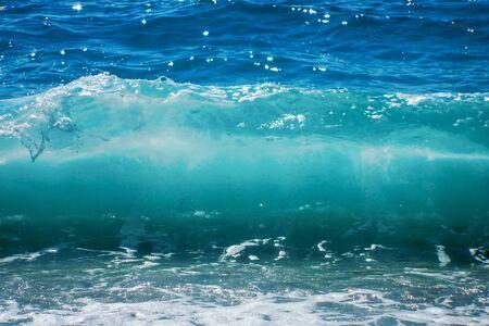 Breaking Wave of Blue Ocean on sandy beach Summer Background 版權商用圖片