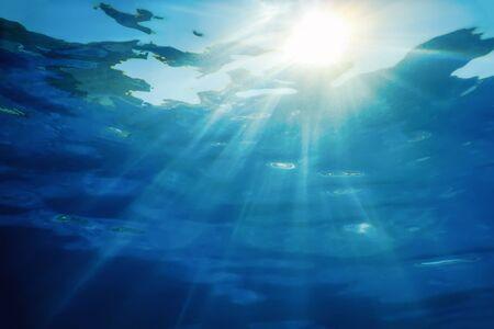 La lumière du soleil sous-marine à travers la surface de l'eau, fond sous-marin