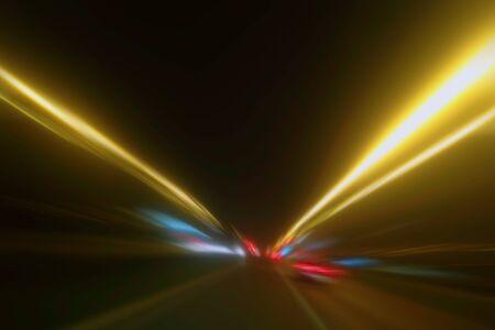Sentiers de lumière dans l'obscurité, sentiers de feux de circulation, arrière-plan abstrait des lignes de circulation