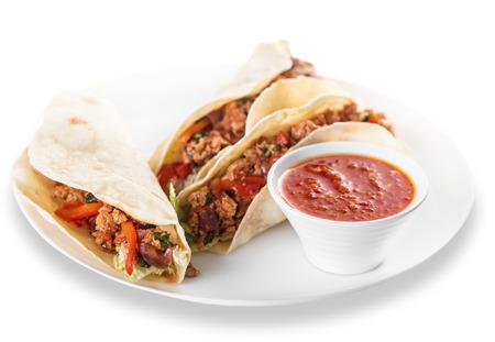 tortilla de maiz: Tacos de plato mexicano con carne molida y salsa Foto de archivo