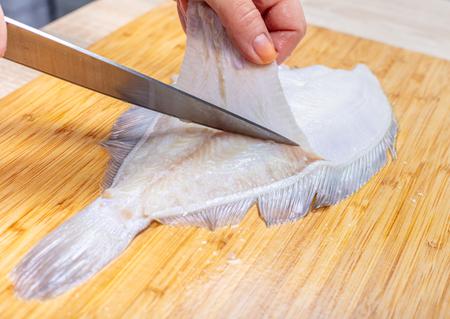 cuisinier, coupe poisson, plie, mains femelles, gros plan