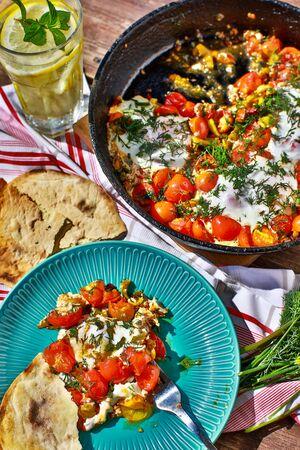 gebakken eieren met groenten in een pan, vegetarisch ontbijt Stockfoto