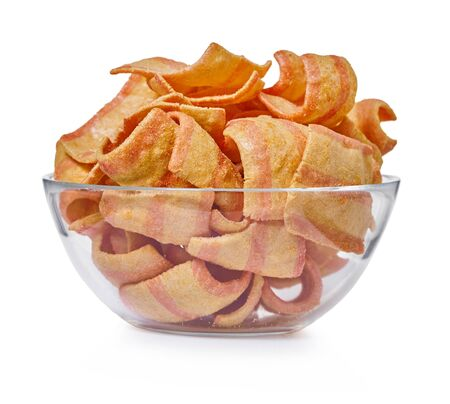 potato chips in a glass bowl on white isolated background                                Stockfoto