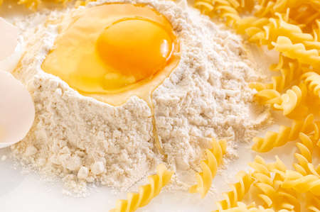 broken egg in flour and pasta, ingredients for making fusilli Stockfoto