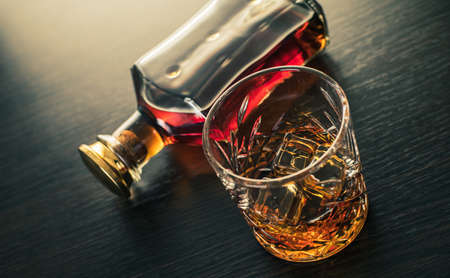 alcoholic drink, whiskey on brown wooden background 免版税图像