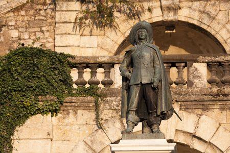 mosquetero: estatua de D'Artagnan en Auch, en Gascu�a, en contras de buceo