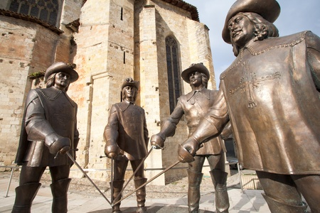 mosquetero: Las estatuas de los cuatro mosqueteros en Condom, en la región de Gers, en el suroeste de Francia. Que representan D'Artagnan, Porto, Aramis y Athos. Esta escultura fue inaugurada el 4 de septiembre de 2010, en Condom, en Gascuña. El escultor Zurab Tsereteli, al que asistieron ª
