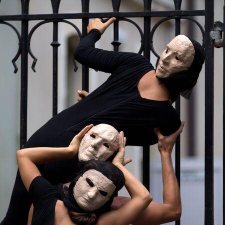 enigmatic: Aurillac, Francia - 23 agosto: gli attori enigmatici e preoccupanti indossando una maschera bianca, Aurillac International Street Theatre Festival, mostra La Diagonale du Fou, il 23 agosto 2012, a Aurillac, Francia.