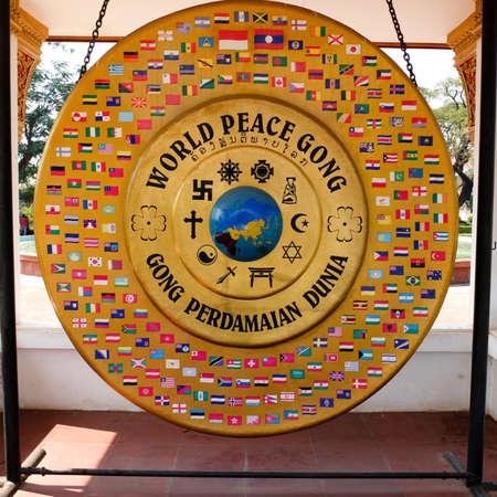 paz mundial: Vientiane, Laos - 09 de febrero Mundial gong paz, el 9 de febrero de 2014, en Vientiane, Laos