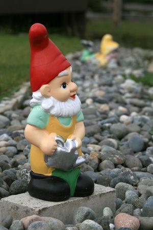 nain de jardin: Gnome Cute Garden debout dans les cailloux.