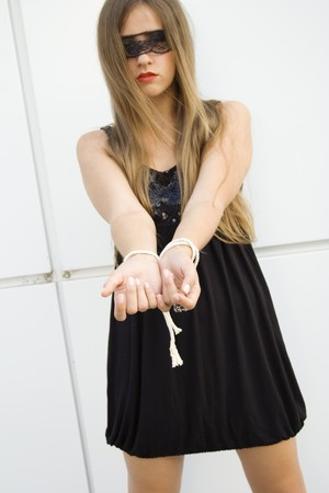ojos vendados: Bella joven de moda.