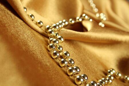 tissu or: Arri�re-plan de tissu or sur laquelle jeter les perles or