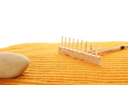 paz interior: Sobre la arena dorada (naranja) con rastrillos madera hizo tiras. Junto a estos rastrillos de madera. Rastrillo en jard�n Zen tomado closeup