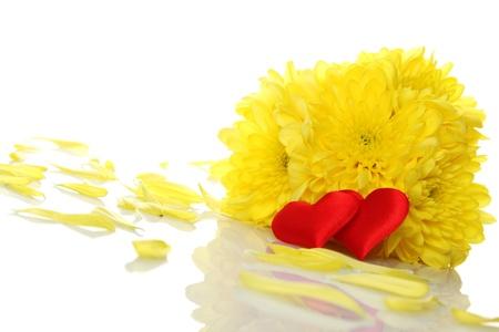 declaracion de amor: Crisantemos amarillos con dos corazones rojos