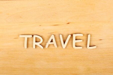 """hape: Primo piano su sfondo di legno testo legno """"Viaggi"""""""