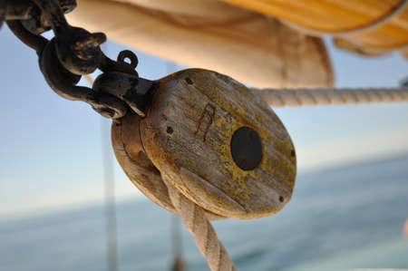 polea: Polea Antiguo bloque de madera en el velero Goleta