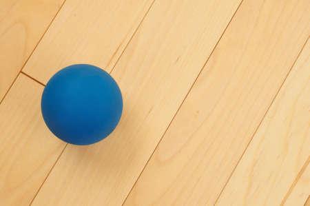 racquetball: Racquetball de goma azul en el piso de madera dura Corte