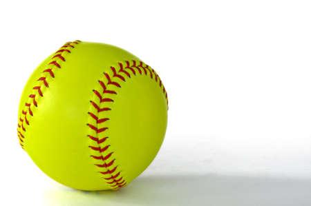 softbol: Softbol amarillo con Stiching rojo aislado en blanco