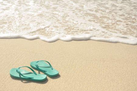 sandalias: Verde Chanclas en una playa de arena