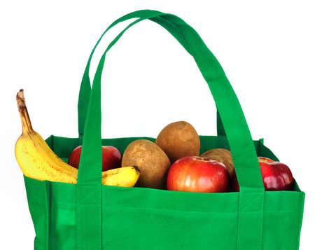 reusable: Riutilizzabile Borsa verde con Groceries isolato su bianco