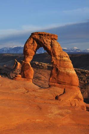 arcos de piedra: Delicate Arch en Parque Nacional Arches at Sunset Foto de archivo