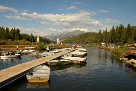 barcos de motor en el lago