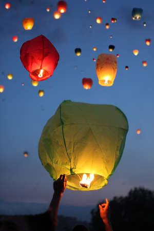 Multi-gekleurde lantaarns in de avondlucht Stockfoto