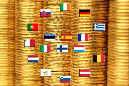 zone euro: Drapeaux des pays de la zone contre des tas de pi�ces de m�tal Banque d'images