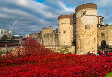 castillos: Torre de Londres y la instalaci�n de arte - de sangre Swept tierras y mares de Red ve 888.246 amapolas sembradas de cer�mica en la Torre