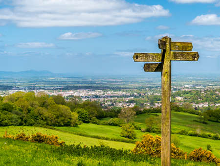 Green fields and blue skies over the Cotswold way Stok Fotoğraf - 40964142