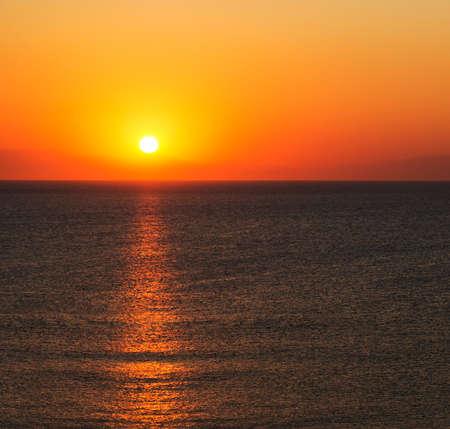 naranja color: La luz del sol naranja ilumina el cielo al amanecer en Rodas