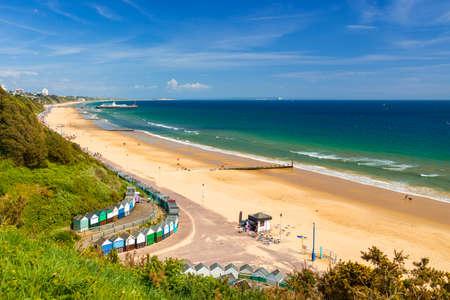 Il sole illumina spiagge dorate e mari blu-verdi lungo la costa del Dorset a Middle Chine tra Poole e Bournemouth