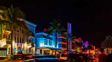 Hoteles y luces multicolores en Ocean Drive, Miami Beach, Florida