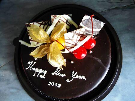Chocolate Fudge Cake with happy new year message Zdjęcie Seryjne - 133467074