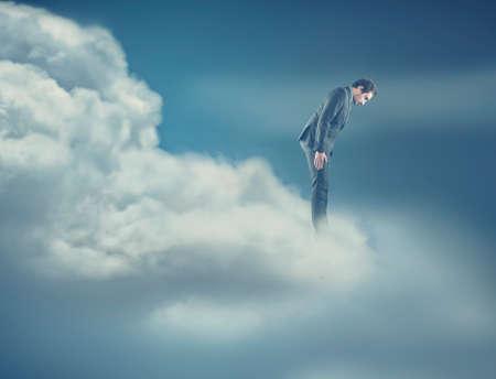 peligro: Un hombre en las nubes mirando hacia abajo