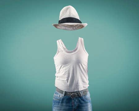 El hombre llevaba una camiseta y sombrero mientras su cuerpo es invisible