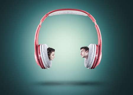 personas escuchando: Dos personas cantando en los auriculares, de los auriculares