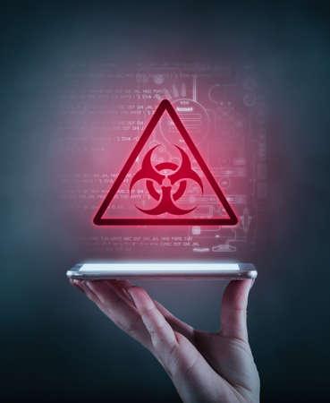 Mano sosteniendo un teléfono con un icono de alerta de advertencia e información de datos en el fondo. El concepto de amenaza de información personal.