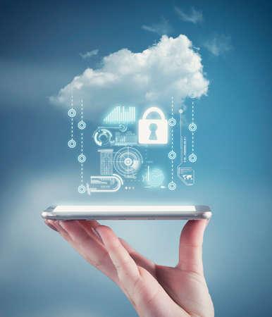 Mano sosteniendo un teléfono con información de datos personales y una nube. El concepto de seguridad de los datos personales Foto de archivo