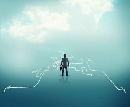 Verwirrter Geschäftsmann steht vor verschiedenen Pfeilen. Das Konzept der harten Entscheidungen. Standard-Bild