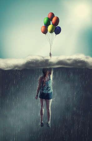 Donna che vola con palloncini attraverso una nuvola piovosa verso il cielo soleggiato. Il concetto di superare le paure.