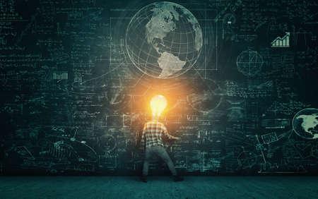 Estudiante con bombilla encendida como cabeza para resolver problemas matemáticos dibujados en la pizarra.