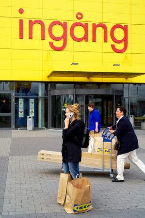 STOCKHOLM ZWEDEN: 20 september 2005 Vrouw met tassen uit de grote meubelzaak op King's bocht in Stockholm