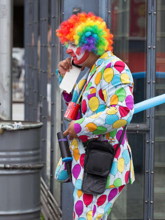 straat feest: STOCKHOLM, Zweden - 31 mei, 2015 Peace and Love Parade. Straatfeest in Stockholm. Clown wandelen langs praten op mobiele telefoon Redactioneel