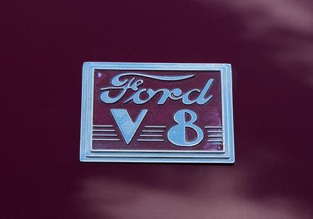 v8: TROSA SWEDEN 25 JUNI 2015. Ford V-8 emblem
